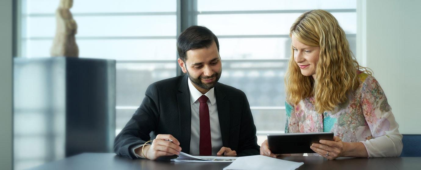 2 people having meeting