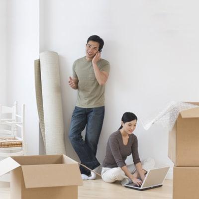 一對情侶在佈置新居