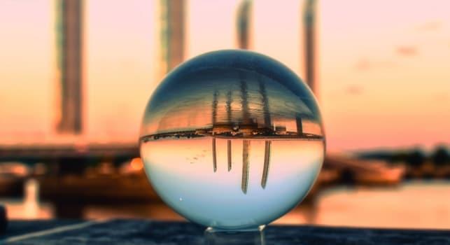 水晶球倒影着海濱的高樓大廈
