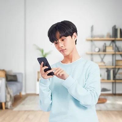 年輕男性使用電話開戶