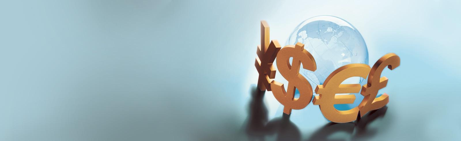 4個金色的貨幣符號包圍着玻璃地球儀