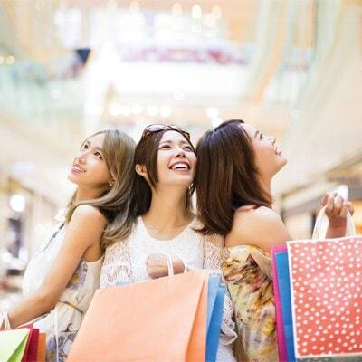 3位女士在商場一起購物手持購物袋