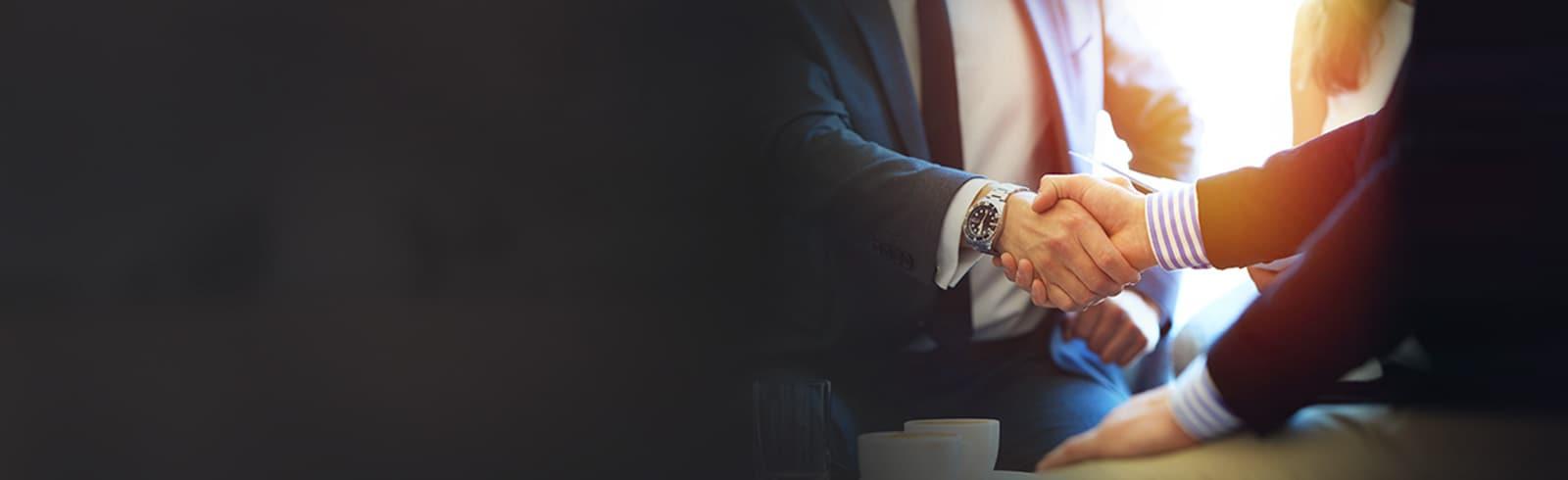 兩位西裝男士握手