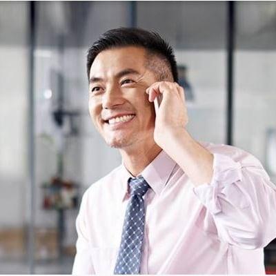 一位男性通話中並微笑