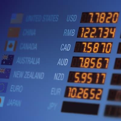 電子螢幕上顯示著外幣匯率