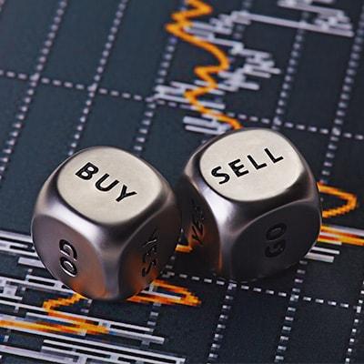 """兩個分別骰到""""買""""及""""賣""""的骰子"""