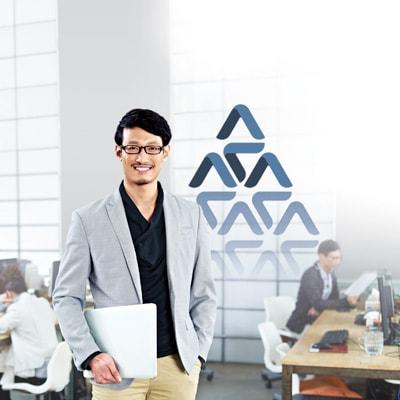 一位男性手持手提電腦並微笑