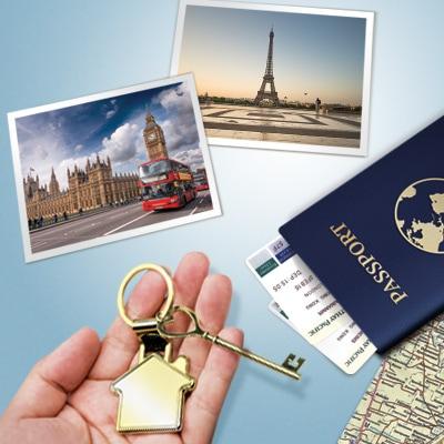 桌上擺放著旅遊照片與護照,手上拿著鑰匙