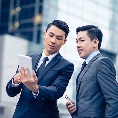 一位男士分享螢幕予另外一位男士觀看
