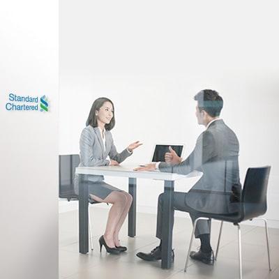 一位員工正在與客戶解說強積金計劃
