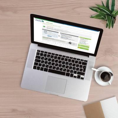 手提電腦顯示著網上銀行的頁面,旁邊擺著咖啡