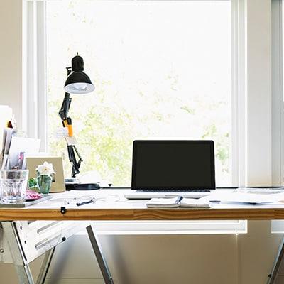 電腦桌上擺放著電腦和檯燈