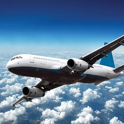 飛機在藍天白雲上飛行