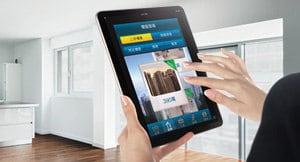 一位男士透過平板電腦使用SC Home應用程式
