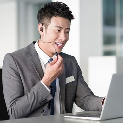 使用耳機與客人進行通話