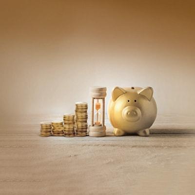 幾疊金幣,沙漏及一隻金色豬型儲蓄箱
